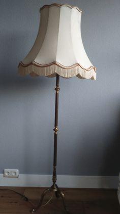 Verkocht. Staande lamp. Sierlijk! Oude koperen voet en een kenmerkende cremekleurige kap. 160 cm hoog. 50 euro.