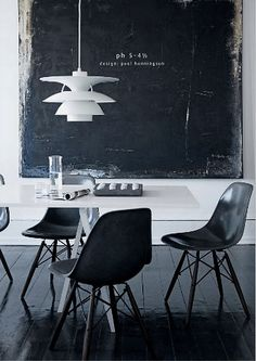 Sedute di Vitra, lampada nordica di Louis Poulsen. Il bianco e il nero vestono gli oggetti come un abbraccio.