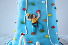 How to make a rock climbing birthday cake/ http://cakesbakesandcookies.com/how-to-make-a-ro…ng-birthday-cake/