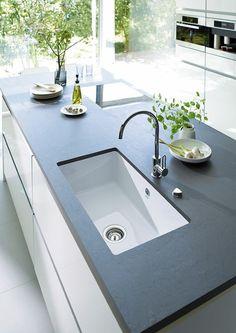 deco cuisine noire plan de travail noir meubles blancs avec des plantes vertes