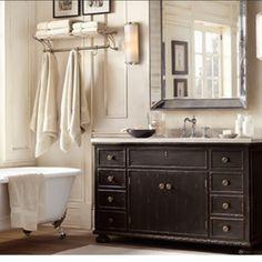 """Poner ángulos de espejo como zócalos en el """"Baño de Dereck""""  Restoration Hardware Example loor baño boys, de adelante"""