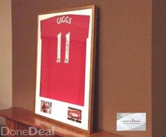 Present a wonderful shirt of Manchester United signed by Ryan GiggsJersey with  certified A1memorabiliThe shirt is framed in our studio in the wonderful frame , color brush gold, one adds two pictures and printed logosJersey really looks great and is certainly pleased not one fan of Manchester UnitedFrame can be converted to one of our framework for the collection of aluminum silver or black exotic woodplease contact me if you have any questionsWe offer a football shirt framing service and…