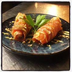 rolla solomou, zalmrolletjes gevuld met tonijnsalade geserveerd met een mosterd honing dressing.