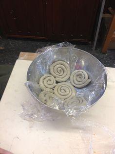 Herstellung von Schneckenschalen. Diverse Schnecken werden in eine Schale gelegt. Dann werden die Schnecken verstrichen. Nach einem Tag kann man die Schneckenschale aus der Form entfernen.