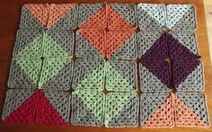 Estes squares ou quadradinhos da vovó são bastante simples. Na hora da montagem da peça você ainda terá opções de desenhos, tudo vai dep...