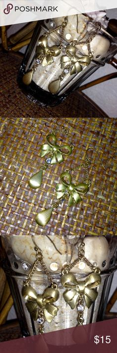 🎀5/$25🎀◾️NORDSTROM | Gold Bow Dangle Earrings◾️ Gorgeous Gold Tone Bow Dangle Earrings come preloved in good condition. Brushed gold tone dangle earring with a rhinestone solitaire between the bow and the tear drop dangle. So pretty! My prices change often for sales & specials, so buy your favorite items when prices are low! Thank you for shopping my closet. Mahalo!🤙🏼♥️ Nordstrom Jewelry Earrings