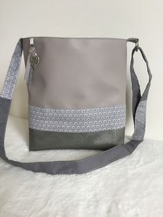 Sac bandoulière en simili cuir gris clair et simili Swarovski gris pailleté : Sacs bandoulière par l-etoile-de-jade