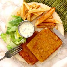 Smažený sýr (fried cheese in Czech) is prepared with slices of cheese that are breaded before being fried. It is traditionally served with tartar sauce and French fries. Strudel, Cream Cheese Kolache Recipe, Wok, Queso Edam, Edam Cheese, Blue Cheese, Salsa Ranchera, Czech Recipes, Vegetarian