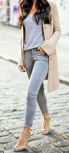 Rebecón camel. Camiseta manga larga o corta ancha. Zapato y bolso gris o camel. Cuello de pelo gris.