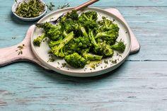 Smørdampet brokkoli er raskt, godt og enkelt! Bruk ikke mere vann enn at det meste damper bort underveis - og brokkolien får en glinsende overflate av smøret. Hvis ønskelig kan du tilsette en liten kvast med timian, salvie eller estragon i kasserollen sammen med brokkolien. Vegetables, Food, Essen, Vegetable Recipes, Meals, Yemek, Veggies, Eten