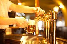Un hombre entra a un bar y le pide tres cervezas al camarero, quien lo mira algo intrigado y nervioso. ¡Averigua que está a punto de suceder en este divertido chiste!