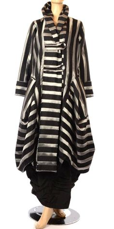 She's Crazy Exquisite Dramatic Black Silver Lagenlook Coat. A wonderful opera coat that appears to be vintage - but is evidently new. Look Fashion, Womens Fashion, Fashion Design, Advanced Style, Layered Look, Mantel, Plus Size Fashion, Cool Outfits, Vintage Fashion