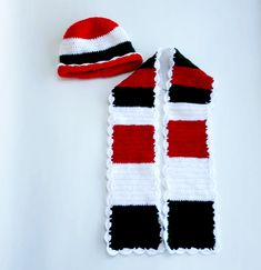 Scarf and hat in white,red and green folklore pattern made of wool. The dimensions are cm for the hat and cm for the shawl and the colors are: white,red and green. It is recommended for all ages. It sells at 43 euros. Baby Socks, Pattern Making, Folklore, Fashion Addict, Crocheting, Shawl, Leggings, Warm, Knitting