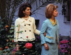 Spanish roses: The Duchess of Alba and Jackie Kennedy admire a rose garden in Sevilla in 1966 when she played host to Mrs Kennedy. Jackie Kennedy, Jackie Oh, Jaqueline Kennedy, Familia Kennedy, High Society, Alter, Marie, James Stuart, Photo Pa
