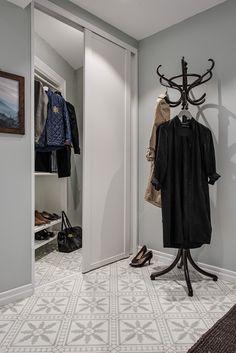 Tamburmajor och skjutdörrar till garderob - perfekt i en liten hall...