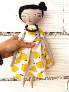 Muñeca con pelo de alpaca y seda cosido a mano.  32 cm. Vestido estampado de limones de AntonAntonThings en Etsy