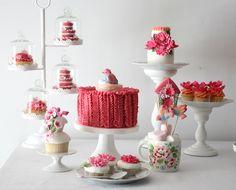 Beautyful spring theme. love the coulours, the birds, the garland and the floralbranch backdrop // Cupcake: Mesa de doces da Primavera
