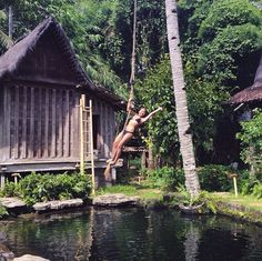 Berayun menggunakan tali yang telah di sediakan bisa kamu coba di Bambu Indah