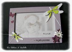 Cadre pour photo 10x15, personnalisé sur le thème nature. Idée cadeau pour une naissance ou un anniversaire. Mauve, violet, blanc et vert anis. Fleurs, papillons et libellule