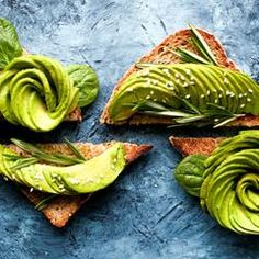 Do you really need to break up with avocado when you start the low FODMAP diet? Find out if avocado is low FODMAP. Dieta Fodmap, Vegan Keto Diet, Ketogenic Diet, Vegan Foods, Avocado Toast, Avocado Food, Superfood, Healthy Fats, Healthy Recipes
