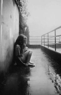 #wattpad #historia-corta Un hombre que se pierde , en la locura , en la ilusion del enamoramiento siendo corrompido por este , la chica una suicida que se odiaba asi misma y esta enseñaria aver el mundo de otra manera