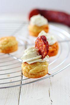 Quand un apéritif se prend pour un cupcake voilà ce que ça donne : des amuses gueules qui ont de la gueule ! ;-) Si vous souhaitez surprendre vos invités avec des apéritifs originaux cette recette est faite pour vous ! Ces petites bouchées sont excellentes...