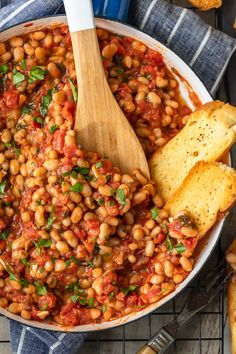White Beans with Tomatoes and Garlic: This White Beans recipe is so simple, yet so delicious! Cannellini beans cooked with tomatoes, garlic, and chicken broth make for one tasty side dish. It's perfect for holidays or easy weeknight meals! Vegetable Recipes, Vegetarian Recipes, Cooking Recipes, Healthy Recipes, Cooking Rice, Cooking Pork, Vegetarian Lunch, Healthy Beans, Vegetarian Barbecue