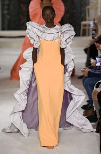 See all the looks from the show Runway Fashion, Fashion News, Fashion Show, Womens Fashion, Fashion Design, Valentino Couture, Couture Dresses, Refashion, Fashion Dolls