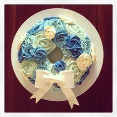 Winter wonderland Christmas wreath cake. Chocolate cake, blue ombre buttercream rosettes.