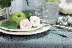 Dekoration mit Rosen und Äpfeln. Tischdecke: Sander