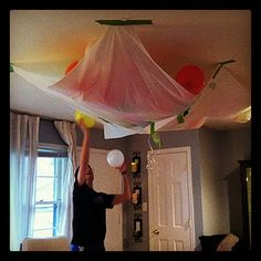homemade balloon drop for NYE. my friend Jaci did this at her NYE party at home.friends watched the countdown and then they released the balloons. It was GENIUS! New Years With Kids, Kids New Years Eve, New Years Party, New Years Eve Party Ideas For Adults, Balloon Drop, The Balloon, Minion Party, Nye Party, New Years Decorations