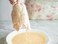 Wie ein richtig gutes Schnitzel sein muss? Von innen weich und von außen goldgelb und knusprig - mit einer Panade aus Mehl, Eiern mit Sahne und Paniermehl.