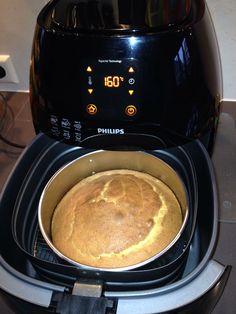 Eenvoudige, kleine cake: Springvorm 18 cm. Ingrediënten: 100gr suiker, 100gr boter, 100gr zelfrijzend bakmeel, 2 eieren, zakje vanillesuiker. Airfryer: 160 graden, 40 minuten. AK
