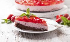 Jahodový koláč s tvarohovou náplní a kakaovým korpusem je dokonalý kousek dortu, který doporučujeme vyzkoušet. tescorecepty.cz - čerstvá inspirace.
