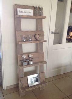 Leuk boeken/tijdschriften rek van steigerhout aangekleed met kleine accessoires