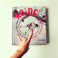 Livro AC/DC  Objetos  a venda  no site :  www.vendavintage.com  #artigosvintage #ecommerce #vintageshop #vintage #retrô  #antiguidade  #decor #decoração  #decoração vintage#for the home #inspiration #home inspiration #interiors #shop #presentes #compras