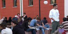 Anadolu Üniversitesi (AÜ) Açıköğretim İktisat ve İşletme fakültelerinin 2016-2017 eğitim öğretim yılı bahar dönemi kayıtları 24 Şubat Cuma günü sona erecek.  Anadolu Üniversitesi Açıköğretim, İktisat ve İşletme fakültelerinin 2016-2017 eğitim öğretim yılı bahar dönemi kayıtları 13 Şubat'ta başladı. Kayıt yenileme 24 Şubat Cuma günü mesai saati bitiminde sona erecek. Kayıt yenilemesini yaptırmayan öğrencilerin bahar dönemi sınavlarına giremeyeceği ve tüm dersleri bir sonraki döneme kalaca...