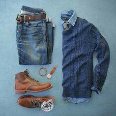 Jeans, suéter azul, camisa de vestir azul y botin cafe