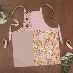 """Valentine's Day is near, so gift a handmade apron! ✨ Combining our love with patchwork and modern prints like """"Desert Flora,"""" """"Native Tapestry,"""" """"Bound Treasures Blush,"""" and some Denim in """"Rose Feather"""" for that extra sweet flair. 💗 Pattern by Lydia Nicholson on Suzy Quilts blog 💌 Quilt Patterns Free, Sewing Patterns, Sewing Tutorials, Sewing Projects, Apron Tutorial, Sewing Aprons, Art Gallery Fabrics, Sewing Basics, Modern Prints"""