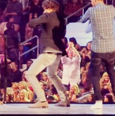 Werk it {GIF} um. um. um. i. i. i. um um um. I CANT HANDLE THE FANGIRLING THAT IS TAKING PLACE AND THE TEARS STREAM DOWN MY FACE!!!