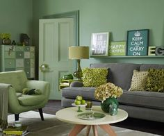 idée-originale-aménagement-de-salon-chaises-vert-menthe