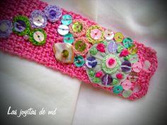El cuerpo de esta pulsera está realizado en color rosa. Sobre él cosí rosetitas en diferentes tonos apastelados, yoyos de tela, lentejuelas, nácar y cristal. Los botones son antiguos. Reciclados.