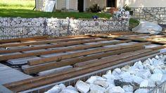 Holzterrasse Damit die Holzleisten nicht im Regenwasser stehen habe ich sein auf Steinplatten verlegt.