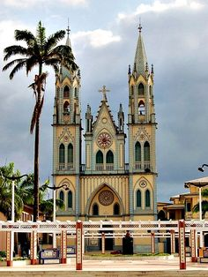 Santa Isabel catholic cathedral... Malabo, Equatorial Guinea. El nombre que adoptó el país tras obtener su independencia procede del nombre que recibía desde 1963, cuando obtuvo un régimen de autonomía por parte de España con la denominación de Guinea Ecuatorial, el cual se debe al hecho de estar el territorio situado en el golfo de Guinea y a su cercanía al ecuador.