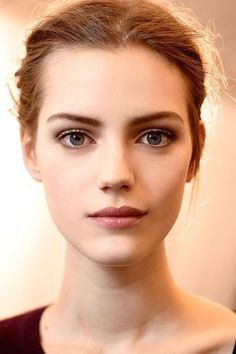 The secret to a flattering no-makeup makeup look is choosing colors that work with the natural tones of your face—you can enhance those tones or go brighter or deeper.#makeup#makeupideas#nude#nudemakeup#nudemakeupideas#