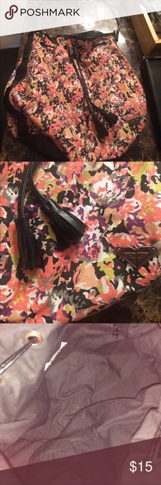 Roxy floral bag Used but still in great condition. Floral and black purse, Roxy brand. Roxy Bags Shoulder Bags