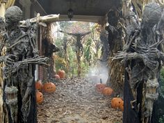 75 Innovating and Spine-Tingling Halloween Party Décor Ideas to Grab the Limelight Deadliest Halloween Party Decoration Theme Halloween Prop, Halloween Tafel, Diy Halloween Party, Casa Halloween, Halloween Haunted Houses, Halloween 2016, Outdoor Halloween, Halloween Projects, Diy Halloween Decorations
