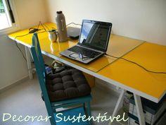 Porta com cavaletes transformada em escrivaninha.