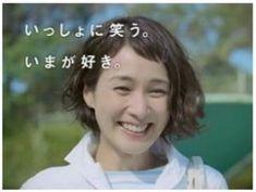 この画像のページは「ボブ&ショートヘアで魅せる!安田成美さんのキュートな髪型まとめ」の記事の7枚目の画像です。安田成美さんのボブヘア画像⑥とてもナチュラルな雰囲気の安田成美さん。元気で、爽やかなイメージですね。 サイドをヘアクリップでとめて、まるで少女のようです。 瑞々しさが漂っています。笑顔が最高に素敵です!関連画像や関連まとめも多数掲載しています。 A Line Haircut, Hair Studio, New Hair, Short Hair Styles, Hair Cuts, Hair Beauty, Make Up, Women, Hairstyles