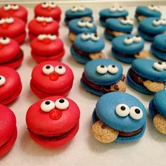 These Elmo & Cookie Monster macarons. - Macaroons - These Elmo & Cookie Monster macarons. Köstliche Desserts, Delicious Desserts, Dessert Recipes, Delicious Cookies, Cupcakes, Cupcake Cakes, Deco Cupcake, Elmo Cookies, Elmo And Cookie Monster